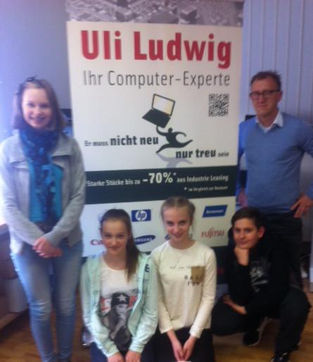 Mädchen testen gebrauchte Notebooks bei Uli Ludwig Computer