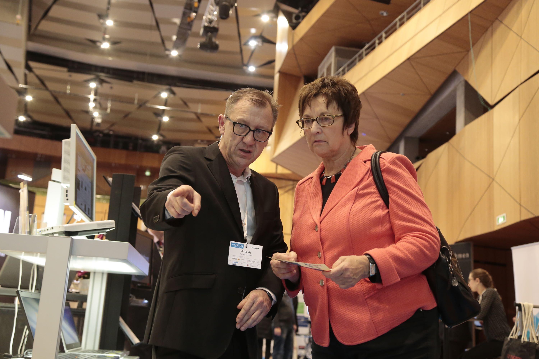 Uli Ludwig erläutert Frau Zypries die Vorteile generalüberholter Hardware